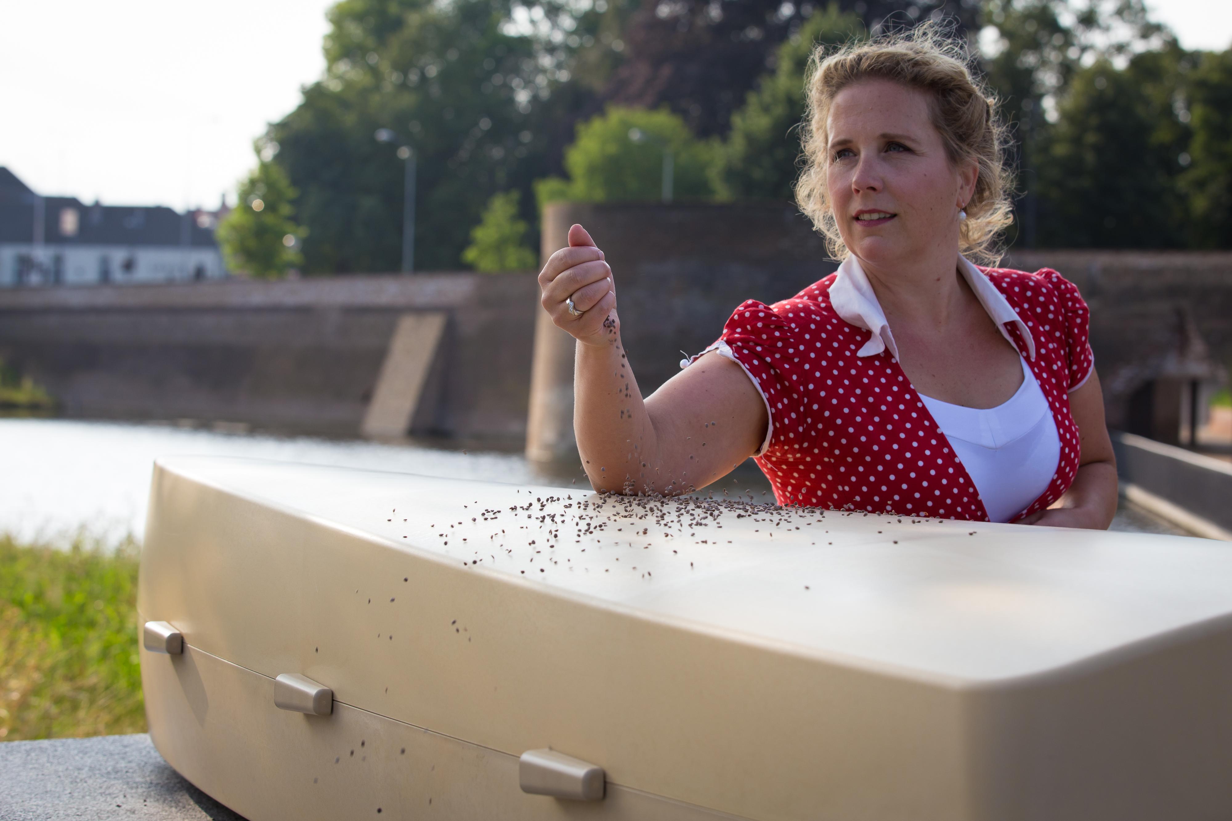 Marieke Havermans met haar Natuurlijke ecologische doodskist gemaakt uit mais